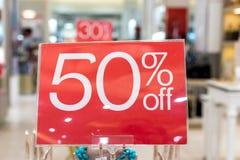 Verkaufszeichen 50-Prozent-Rabatt auf einem unscharfen Hintergrund in einem Einkaufszentrum von Bali, Indonesien, Asien Lizenzfreie Stockfotos