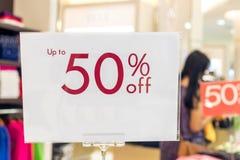 Verkaufszeichen 50-Prozent-Rabatt auf einem unscharfen Hintergrund in einem Einkaufszentrum von Bali, Indonesien, Asien Stockfotos