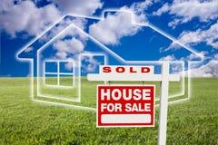 Verkauft für Verkauf kennzeichnen Sie vorbei Wolken, Gras und Haus stockfotos