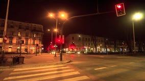 Verkeer bij de kruising in het centrum van Krakau bij nacht stock videobeelden