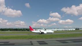 Verkeer bij de luchthaven stock video