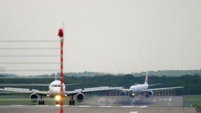 Verkeer bij de luchthaven van Dusseldorf stock video
