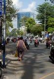 Verkeer bij de stad van Azië, leurdergang op rijweg Stock Fotografie