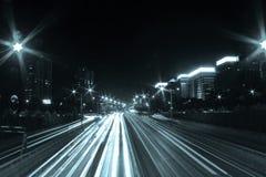 Verkeer bij nacht stock afbeeldingen