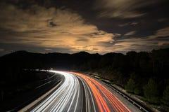 Verkeer bij nacht in de berg mooie nightscape Lang blootstellingsschot royalty-vrije stock fotografie