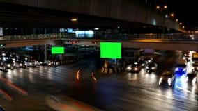 Verkeer bij nacht en reclameaanplakbord stock videobeelden