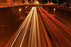 Verkeer bij nacht met sporen van lichten Royalty-vrije Stock Fotografie
