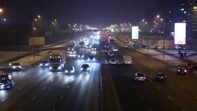 Verkeer bij Nacht op wegblauw stock videobeelden