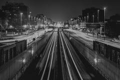 Verkeer bij nacht in Parijs Stock Afbeeldingen