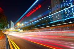Verkeer bij stad in nacht stock foto