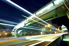 Verkeer bij stad in nacht stock afbeeldingen