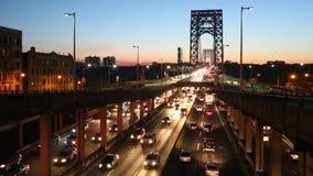 Verkeer bij zonsondergang op George Washington Bridge stock videobeelden