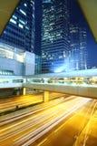 Verkeer binnen de stad in bij nacht Royalty-vrije Stock Fotografie
