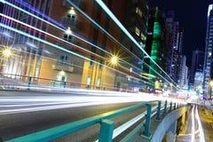Verkeer binnen de stad in bij nacht Stock Foto's