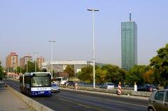 Verkeer buiten Usce-Winkelcentrum, Belgrado, Servië Stock Afbeeldingen
