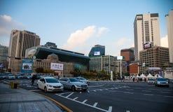 Verkeer in centrum van Seoel stock afbeelding