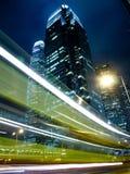 Verkeer in Commercieel Oriëntatiepunt bij Nacht Stock Afbeelding