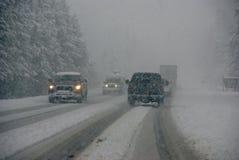 Verkeer dat zich door mist en sneeuwstorm beweegt Royalty-vrije Stock Foto