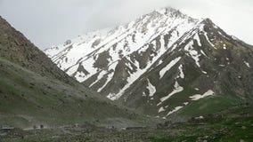 Verkeer in de bergen stock videobeelden