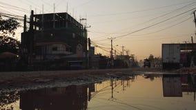 Verkeer in de Motorfietsen en de auto's het drijven van Kambodja op een landweg stock footage