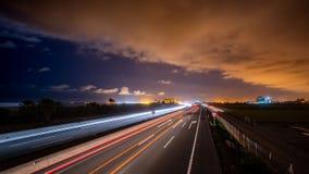Verkeer in de snelweg bij schemer stock videobeelden