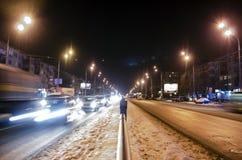 Verkeer in de stad bij nacht stock foto