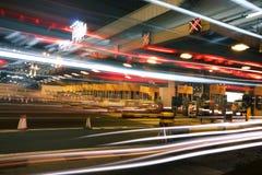 Verkeer de stad in bij nacht Stock Foto