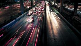 Verkeer in de stad op de weg stock video