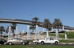 Verkeer in de stad van Doubai Stock Afbeeldingen