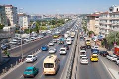 Verkeer die bij weg in Avcilar, Istanboel stromen Royalty-vrije Stock Afbeelding