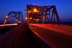 Verkeer die Bruggen kruisen bij Nacht Royalty-vrije Stock Foto's
