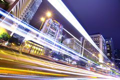 Verkeer door de stad in stock fotografie