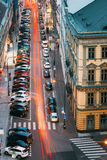 Verkeer en geparkeerde auto's op de Hybernska-straat binnen stock foto's