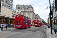 Verkeer en klanten in de Straat van Oxford, Londen Stock Afbeelding