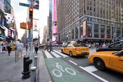Verkeer en mensen op straat in Manhattan, NYC Royalty-vrije Stock Foto