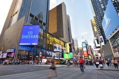 Verkeer en mensen op straat in Manhattan, NYC Stock Foto's