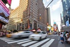 Verkeer en mensen op straat in Manhattan, NYC Royalty-vrije Stock Foto's
