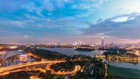 Verkeer en Stadslandschap bij zonsondergang in NanJing, China stock foto