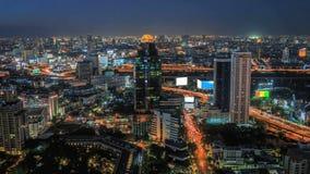 Verkeer en vervoer in Bangkok bij nacht stock footage