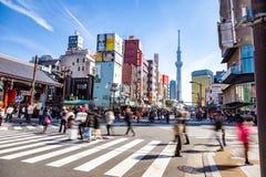 Verkeer en voetgangersgang over straten voor Asakusa-tempel in Japan stock foto's