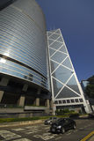 Verkeer en wolkenkrabbers in het Eiland van Hongkong Stock Afbeelding