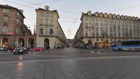 Verkeer in het centrum van Turijn, Italië, op 16 Januari, 2016 - Timelapse-Video stock videobeelden