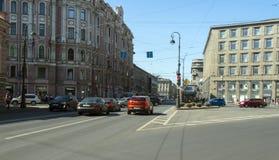 Verkeer in het stadscentrum 15 Juni 2016 in Heilige Petersburg, Rusland Stock Fotografie