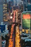 Verkeer het van de binnenstad van Bangkok tijdens bezige uren Stock Afbeeldingen