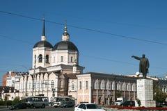 Verkeer in het Vierkant van Lenin met Kathedraal van Epiphany op achtergrond stock afbeelding
