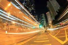 Verkeer in Hongkong bij nacht Stock Foto's