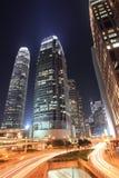 Verkeer in Hongkong bij nacht Stock Foto
