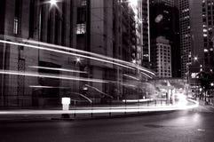 Verkeer in Hongkong bij nacht in zwart-wit Royalty-vrije Stock Fotografie