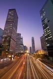 Verkeer in Hongkong de stad in in zonsondergangtijd Stock Afbeelding
