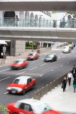 Verkeer langs de Bezige Straat van Hongkong Royalty-vrije Stock Afbeeldingen